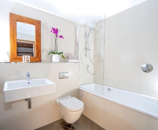 Chamois D'Or Hotel & Spa: Bathroom with a bath