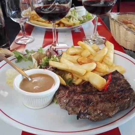 La Boucherie Les 2 Maisons : Pièce de viande frites sauce au proivre