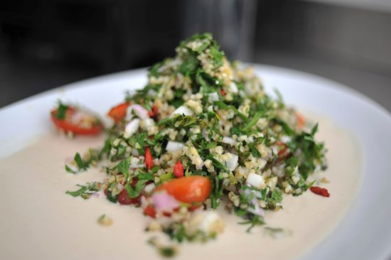 Platis Yialos, Grekland: Healthy and simple: our delicious tabbouleh, made with fresh parsley and biodynamic bulgur.