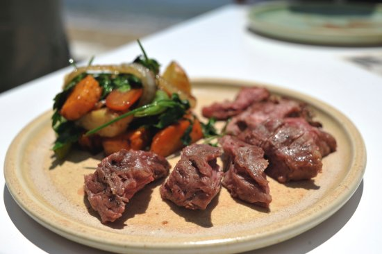Platis Yialos, Grekland: Our carefully selected Angus beef, slowly cooked in perfection and then... Onglet à la plancha.