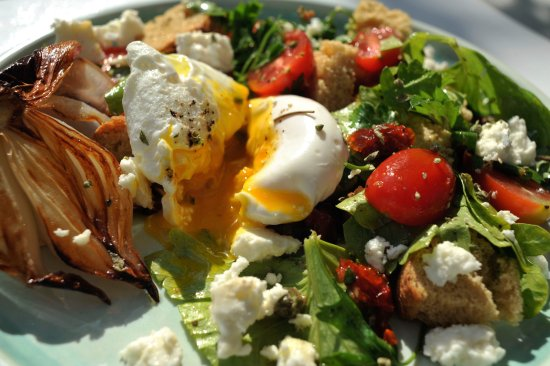 "Platis Yialos, Grekland: ""Dakos"" salad made with fresh vegetables, ""paximadi"" rye rusks, sundried tomatoes and a poached"