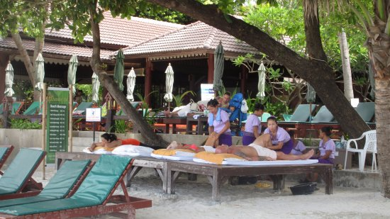 Baan Chaweng Beach Resort & Spa: Massage in front of hotel.