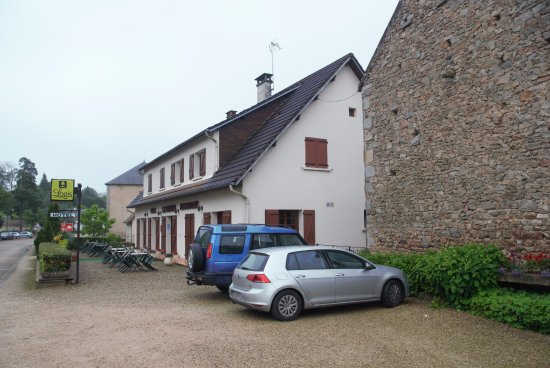 Le Morvan: View of hotel from direction of the village