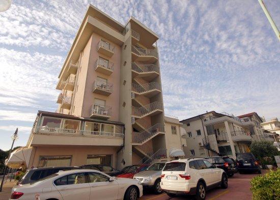 Hotel Margherita: Vista retro dell'hotel adiacente alla spiaggia, dove c'è uno dei parcheggi della nostra struttur