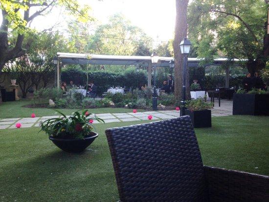 Tables pour le diner dans le jardin l 39 esprit de la for Le jardin des 5 sens aix en provence