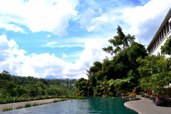 Padma Hotel Bandung: Another pool view in the morning. This time with numerous mountain at the background.