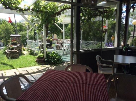 Terrasse couverte et pergola à l\'abri de Lavigne - Picture ...
