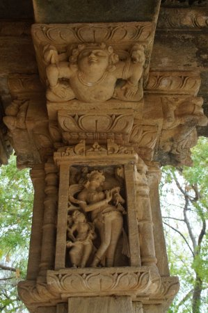 Himmatnagar, Indien: Carvings on the pillars of the Navagraha Temple