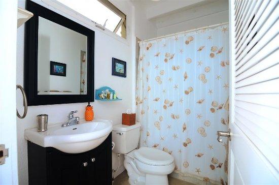 Villa Marbella Suites: Mountainside Bathroom