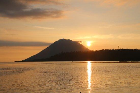 Panorama Diving Resort: Sunset over the extinct volcano