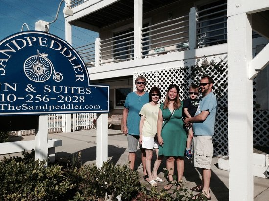 Sandpeddler Inn & Suites: Our suite #205 is located directly above us. Notice the huge balcony!