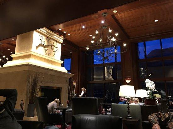 Rimrock Resort Hotel: Lobby, larkspur dining area