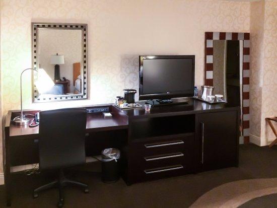 Hilton Madison Monona Terrace: Desk, Coffee Maker, TV and Mini-fridge