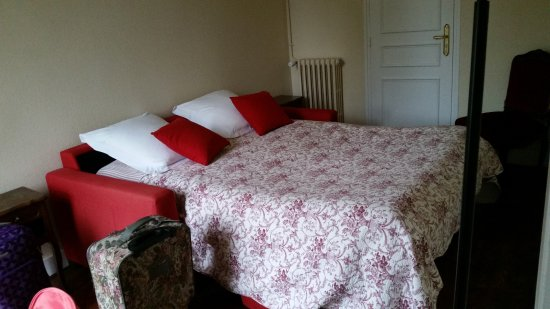 Saint-Martin-des-Entrees, ฝรั่งเศส: bedroom #2 in our suite (fold-out sofa was pre-made for our girls)