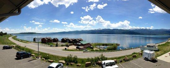 Marina View Condos: Il lago e il ristorante davanti all'alloggio con vista