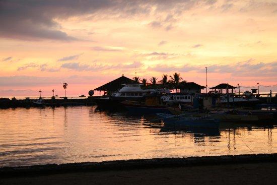 Tasik Ria Resort Manado: Sunset bar and restaurant