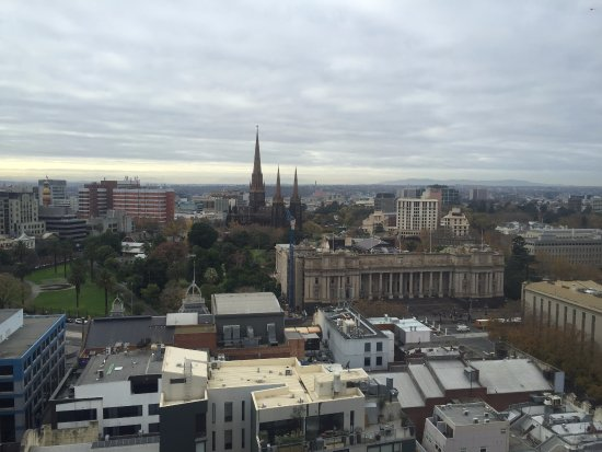 Rydges Melbourne Hotel: King Suite views of Parliament