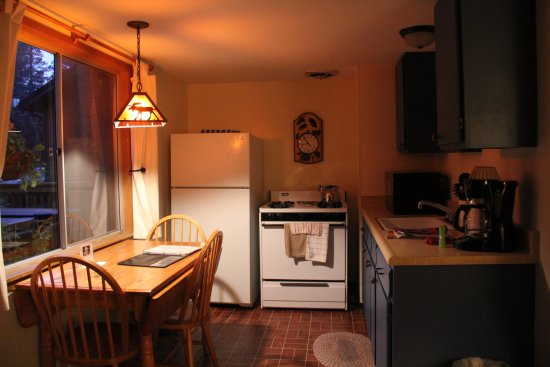 River Spruce : Kitchen and dining room