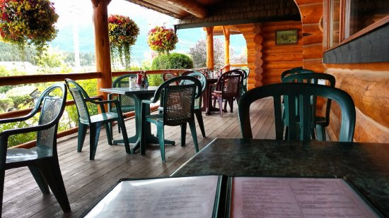 Cariboo Lodge: Eating on the patio.