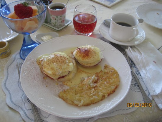 Les Lavandes Bed and Breakfast: B & B eggs Benedict yum!