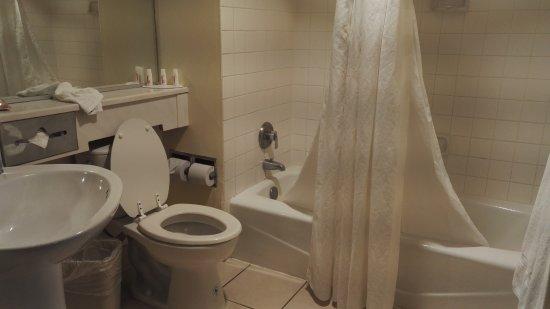 Ramada Commerce/Los Angeles Area: l'eau s'écoule mal dans la baignoire, la chasse d'eau est cassée
