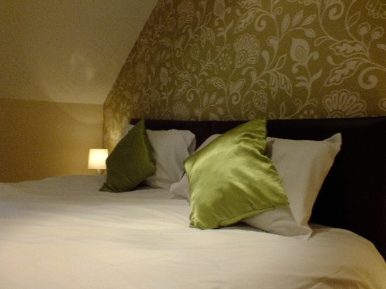 House O'Hill Hotel: Well dressed bed.