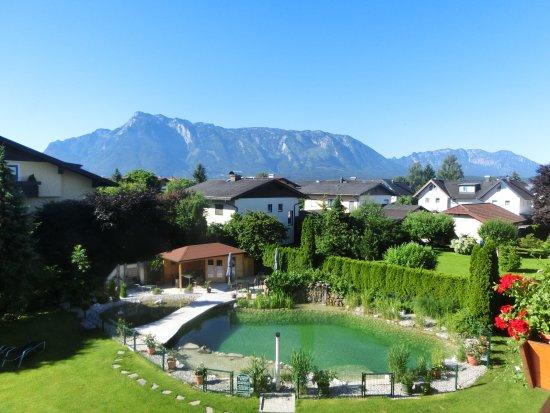 Hotel Himmelreich: Blick vom Balkon in den Garten und die Berge
