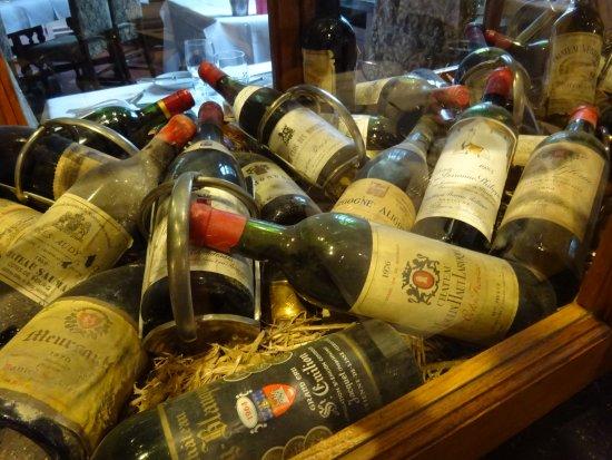 Oude Flessen Wijn Liggen Kris Kras In Een Kast In Het