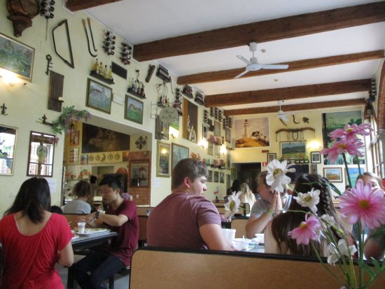 Hostel Archi Rossi: Breakfast room attractively decorated with paintings and various artifacts