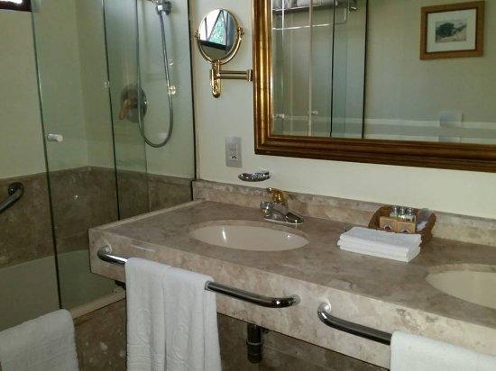 Banheiro com duas pias e aquecimento  Foto de Hotel Frontenac, Campos do Jo -> Pia De Banheiro Bloco