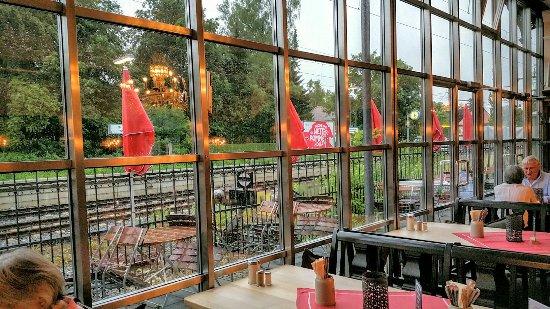 Pullach im Isartal, Alemania: Blick von der Gaststube auf die Gleise