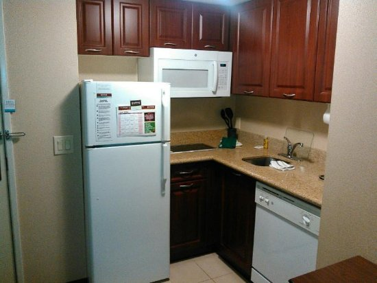 Staybridge Suites London: Kitchen including full fridge/freezer, dishwasher, countertop range, microwave, dishes and cutle