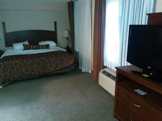 Staybridge Suites London: King size bed, dresser and TV