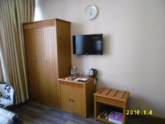 Silverland Hotel & Spa: クローゼット・テレビ