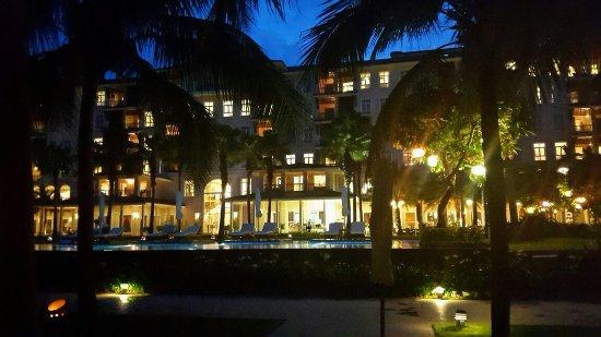 Vinpearl Da Nang Resort & Villas: 호텔 규모에 비해 직원들이 불친절.호이안에서 묶은 45불짜리 호텔은인데 굉장히 친절 했는데. 거의 10배가 되는 가격인데.너무 비교됨. 한국사람도 많지만 중국 사람 완전 많