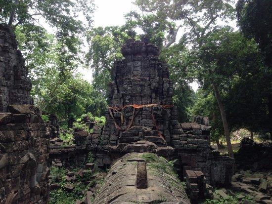 バンテイメンチェイ州, カンボジア, 瓦礫の山を登っていくことも