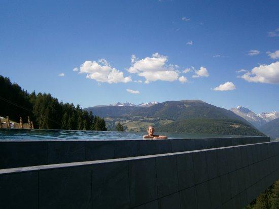 La skypool nuovissima piscina dell 39 hubertus bild von alpin panorama hotel hubertus - Piscina hotel hubertus ...