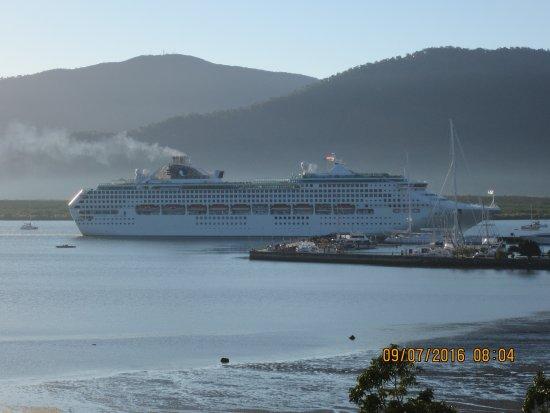 كايرنز أكواريوس: cruise ship coming into port