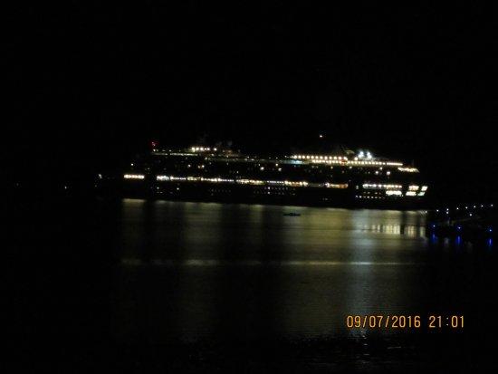 كايرنز أكواريوس: cruise ship leaving at night