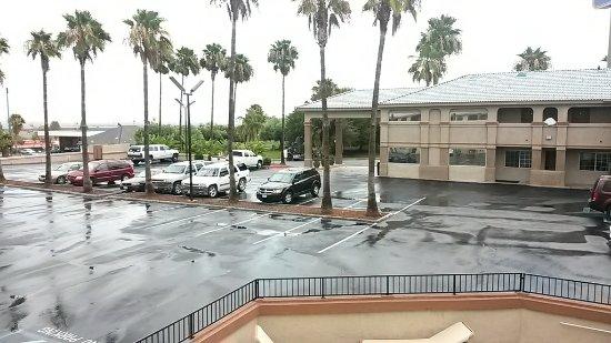 Best Western Kettleman City Inn & Suites: pool and parking. more parking in back