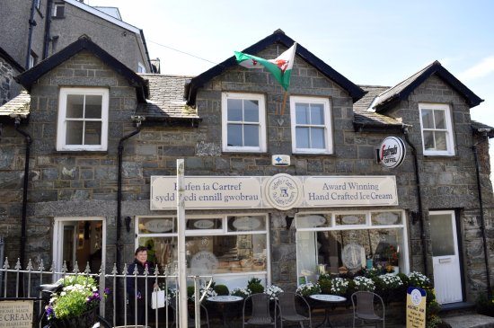 Hufenfa'r Castell: Great pastries and ice cream