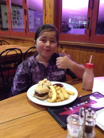 New Plymouth, Yeni Zelanda: Lilli and Noah giving the Treehouse kids meals a BIG 👍🏾s up