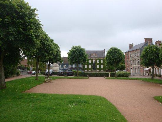Beaumont-en-Auge, Francia: la place de Beaumont vue du promontoire, le café (non visible sur l'image) est sur la gauche