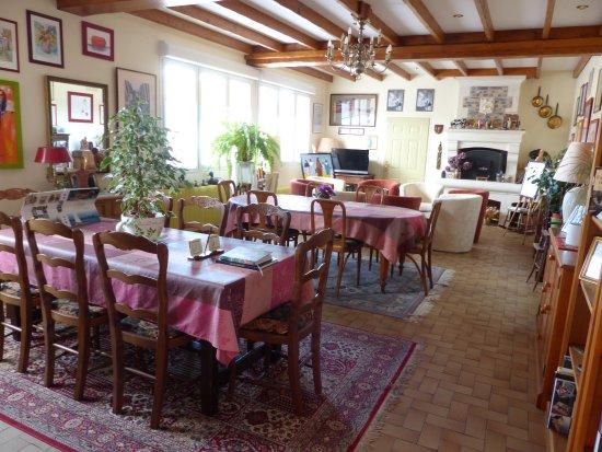 """Basly, France: salle pour le petit déjeuner """" à la française"""""""