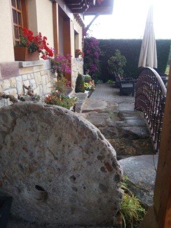 Zamudio, Spanien: la parte lateral de entrada al restaurante,el acceso es por la parte derechs y con plataforma, d
