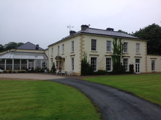 Castle Grove Country House Hotel: The view as you drive in to Castle Grove. Ample parking