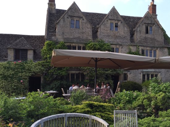Clanfield, UK: Sitting in the pretty garden for drinks before dinner