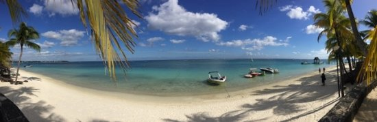 Beachcomber Trou aux Biches Resort & Spa: Panoramic of the middle of the beach