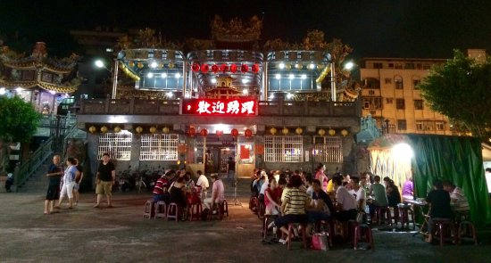 台灣蘆洲: 廟前廣場滿是吃著飯麵配啤酒的的居民,享受夏夜愉快的氛圍。周圍都是平民小吃,有海產快炒、滷味、拉麵、炒飯麵、烤玉米、碳烤。
