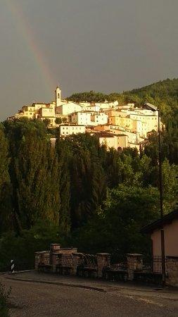 Vista di Preci dalla piscina di Villa Castoriana